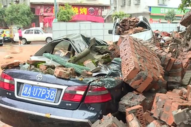 长沙一围墙倒塌,砸垮两台私家车
