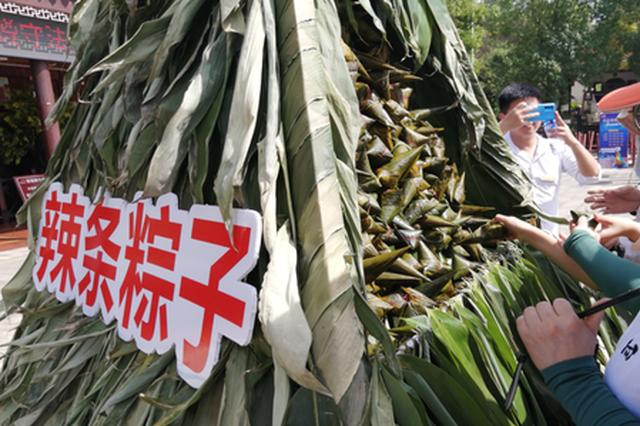 2米多高的辣条粽子亮相平江石牛寨。