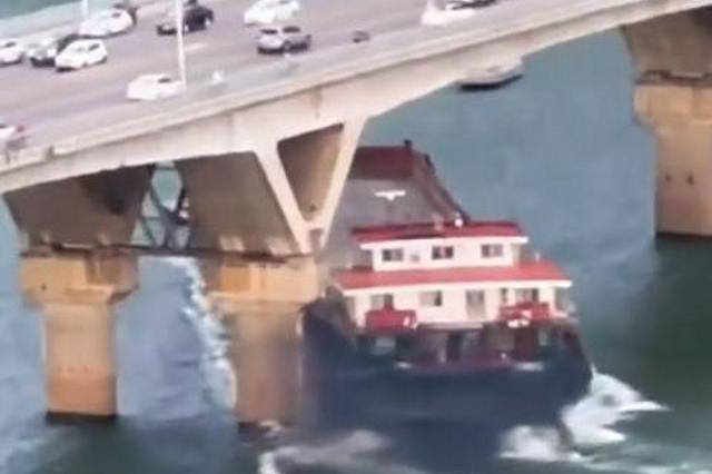 湖南长沙猴子石大桥遭货船撞击 该桥西往东方向进行交通管制