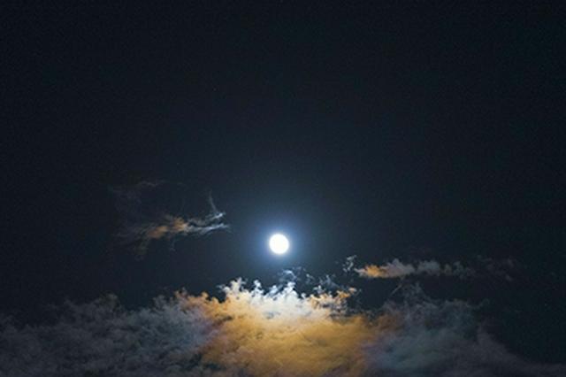 南岳衡山上空出现月晕奇观