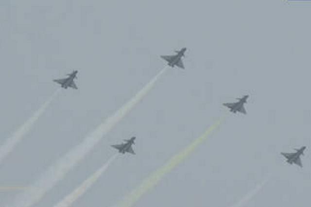 """中国航展:""""八一""""和""""红鹰""""飞行表演队拉白色烟带致敬英烈"""