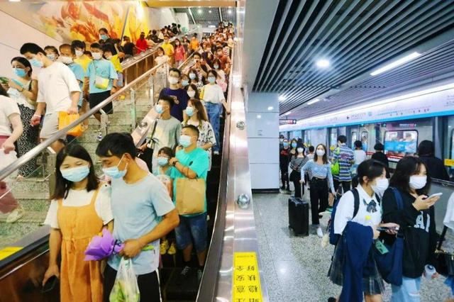 国庆假期,长沙地铁日均客运量达204.3万人次,客流强度居中国内地第一