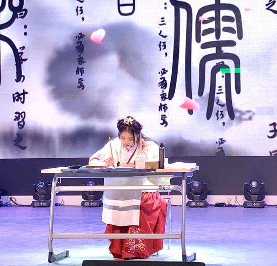 20号选手:湖南艺术职业学院伍欣创作书法