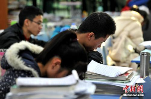 学子为考研紧张复习。中新社记者 张斌 摄