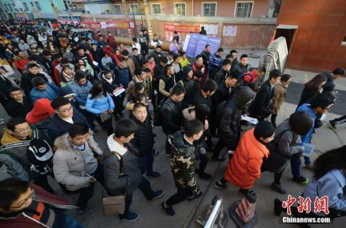 资料图:步入考场的考生们。中新社记者 韦亮 摄