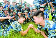 新学季:学生军训间隙掰手腕较量