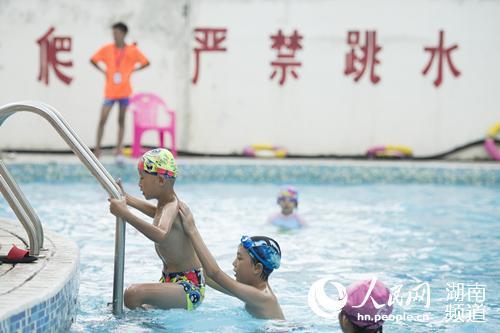 长沙游泳馆免费对学生开放。黄启晴 摄