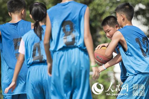 学生正在进行篮球对抗赛。