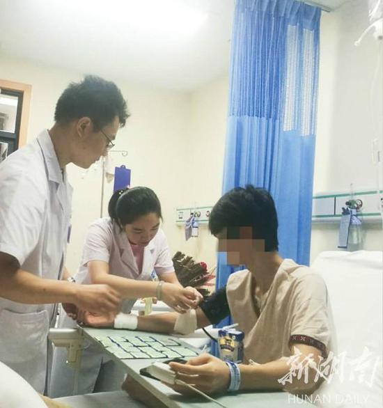 主管医师龙慧(中)在为病人检查伤口。