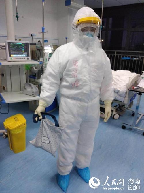 唐岩峰正在隔离病房照顾病患。受访者供图