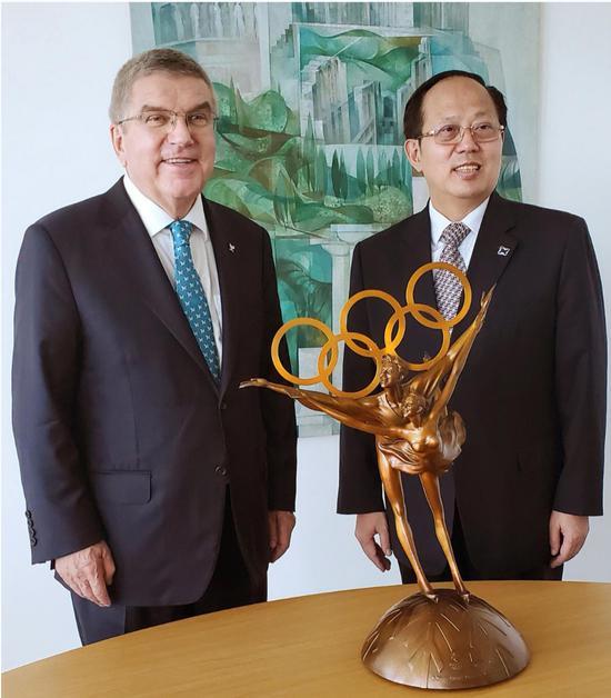 北京冬奥会主题雕塑《冬奥之约》作为国礼,由国家体育总局局长苟仲文赠送国际奥委会主席巴赫,祝贺国际奥委会成立125周年和奥林匹克大厦落成。