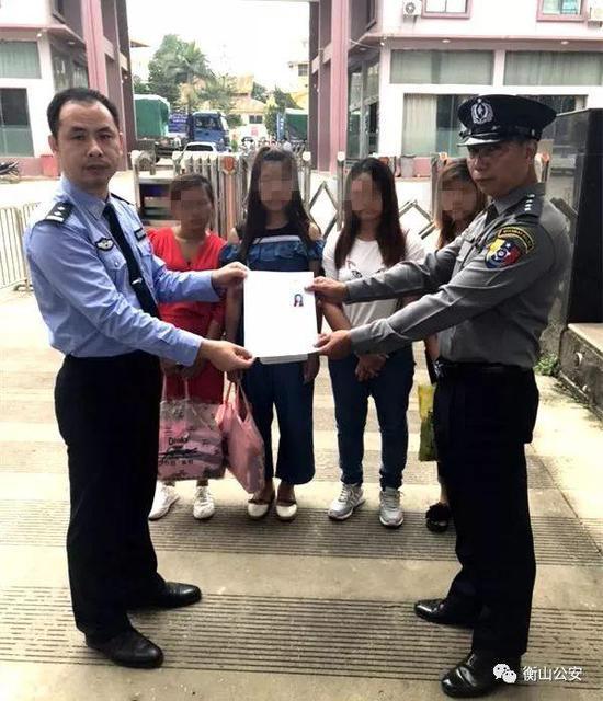 衡山县公安局党委委员、副局长邹文与外籍警方就遣送事宜进行交接