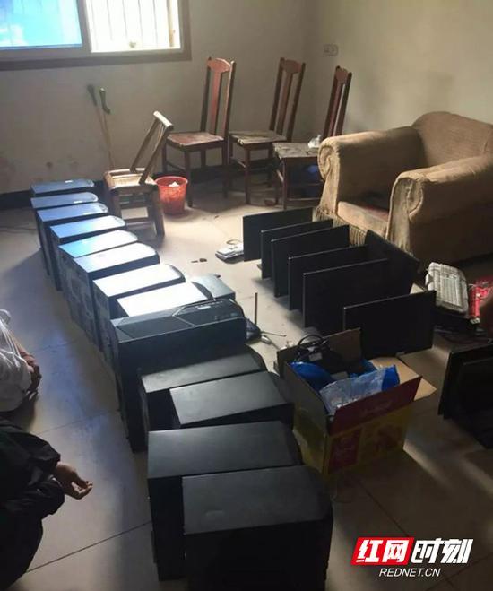 当场缴获涉案电脑50 余台。