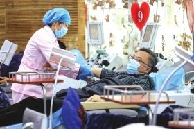 2月23日,长沙血液中心,长沙市疫情防控指挥部工作人员正在无偿献血。图/记者张云峰
