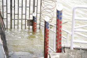 7月12日下午,岳阳城陵矶水文站附近设置的水位标尺。截至12日18时,东洞庭湖岳阳市城陵矶(七里山)站已退出保证水位34.55米。 图/新华社