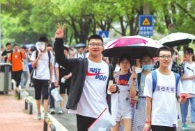 7月16日,长沙市南雅中学考点,一名男生走出考场后做出胜利的手势。图/记者杨旭