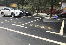 1月20日,长沙天怡梅溪湖鱼馆,女士专享泊车位明显比普通泊车位大了很多。 图/记者谢长贵