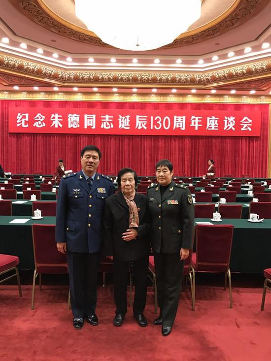 2016年11月29日,中共中央在人民大会堂举行纪念朱德同志诞辰130周年座谈会。图为朱新华(右)与家人朱和平(左)、母亲赵力平(中)在座谈会现场。