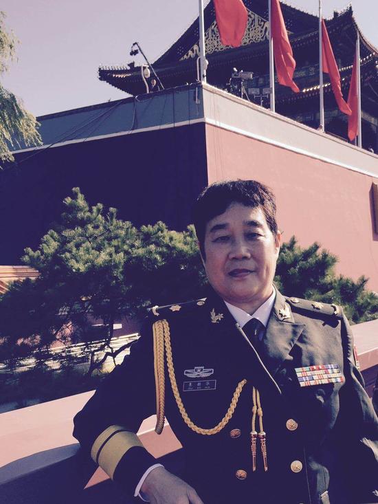 图为2015年天安门城楼前朱新华参加抗战胜利70周年阅兵典礼