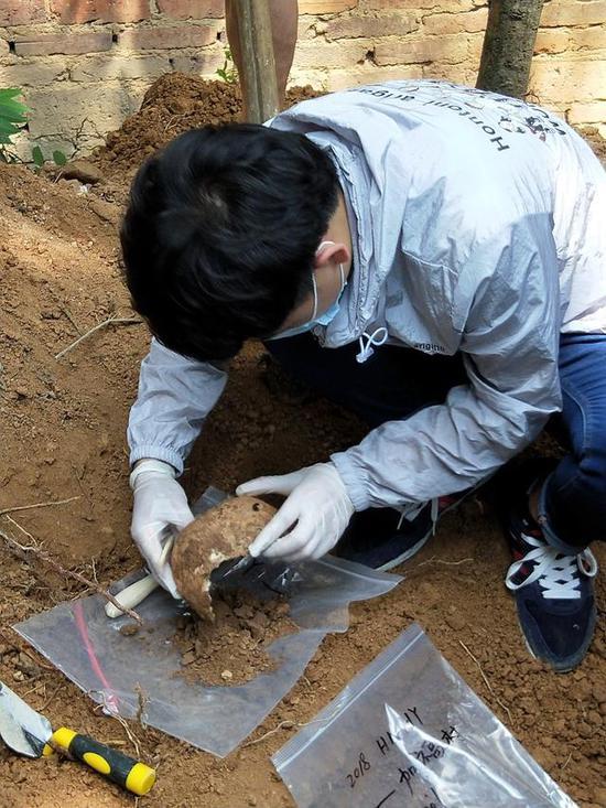 图说:工作人员在湖南衡阳发现的抗战英烈遗骸和遗物。受访者供图