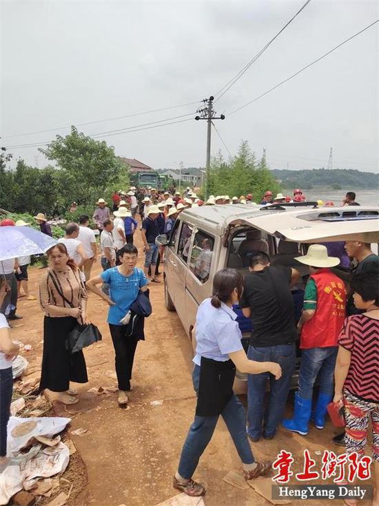 ▲在紧张的抢险期间,三塘镇政府食堂加班加点,一天供应五百多份盒饭送到抢险现场