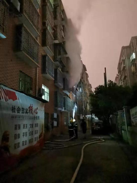 郴州一小区突发火灾 冬季用电注
