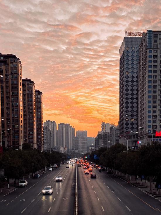 """晚霞将郴州的天空染上了浪漫的""""少女色""""。(樊师傅/摄)"""
