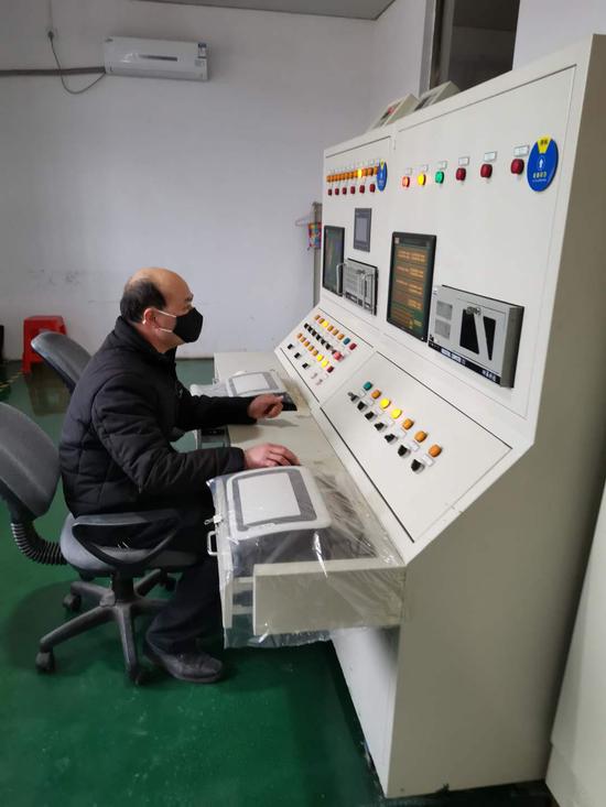 工正在监测环氧乙烷灭菌