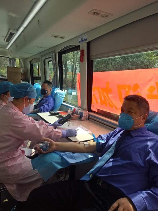市城管局北湖执法支队负责人黄卫国正在献血。