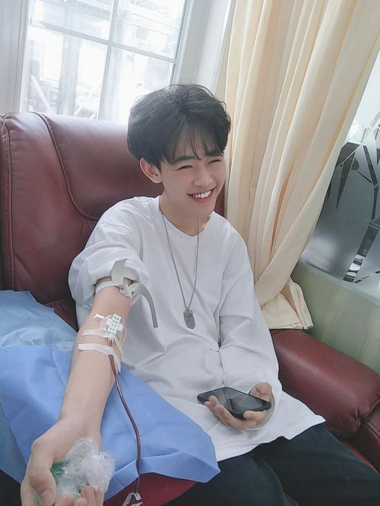 孙源哲参加献血。