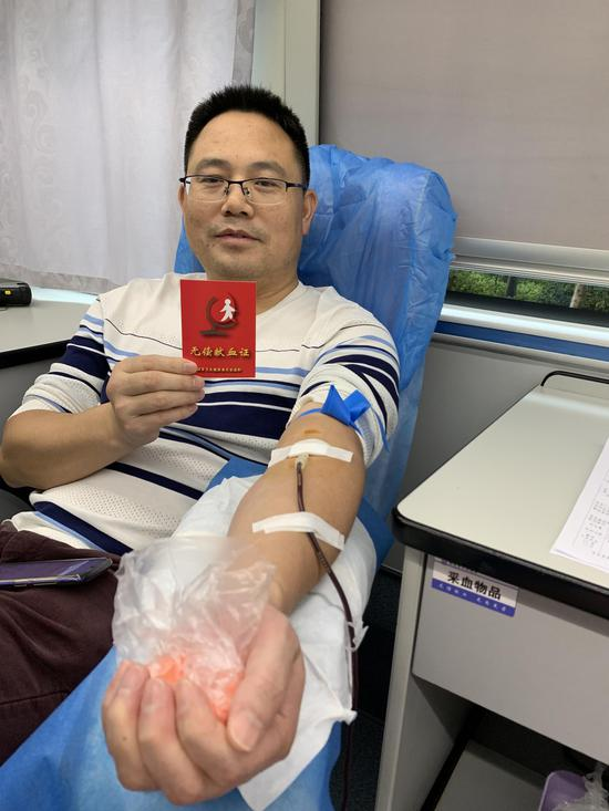 郴投集团办公室主任谭兴云带头参加献血