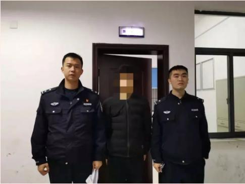 △陈巍(左)与同事抓捕犯罪嫌疑人