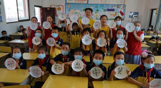 老师、社区志愿者以及同学们共同展示自带光盘字句