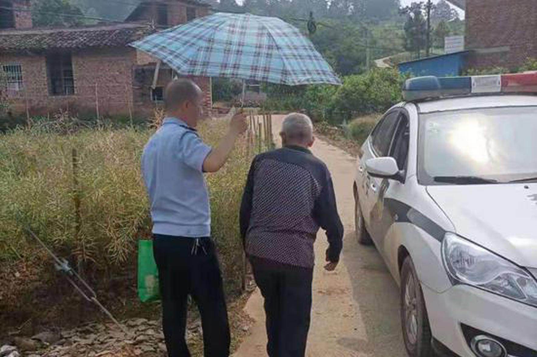 烈日当头,衡阳81岁老人赶集回家累倒路边,民警打伞送回家