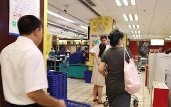 不少市民弃用塑料袋自备购物袋 环保又时尚