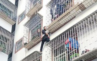 桂东一女童被卡两脚悬空 警民携手成功解困