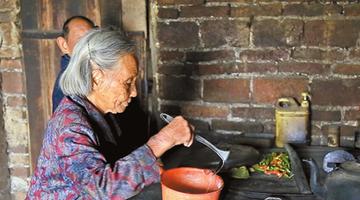 九旬母亲倾力照顾两个智障儿60余年