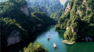 张家界宝峰湖景区:碧水青山漾轻舟(组图)