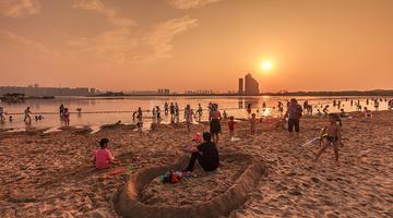 梅溪湖光影绝佳 成市民消暑拍照胜地