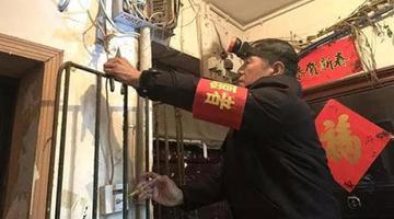 长沙下岗职工为社区免费修灯十年