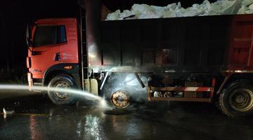 """货车长时间下坡 轮胎被磨成""""风火轮"""""""