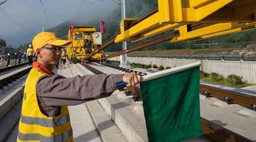 中国首套无砟轨道智能铺轨机组在张吉怀高铁建设中成功运用