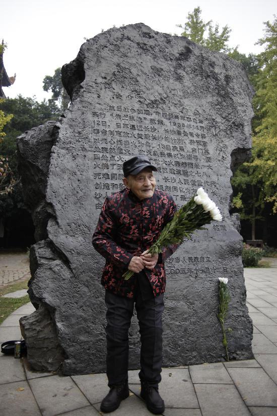 为纪念活动献花的张靖武老人。图/郑鹏