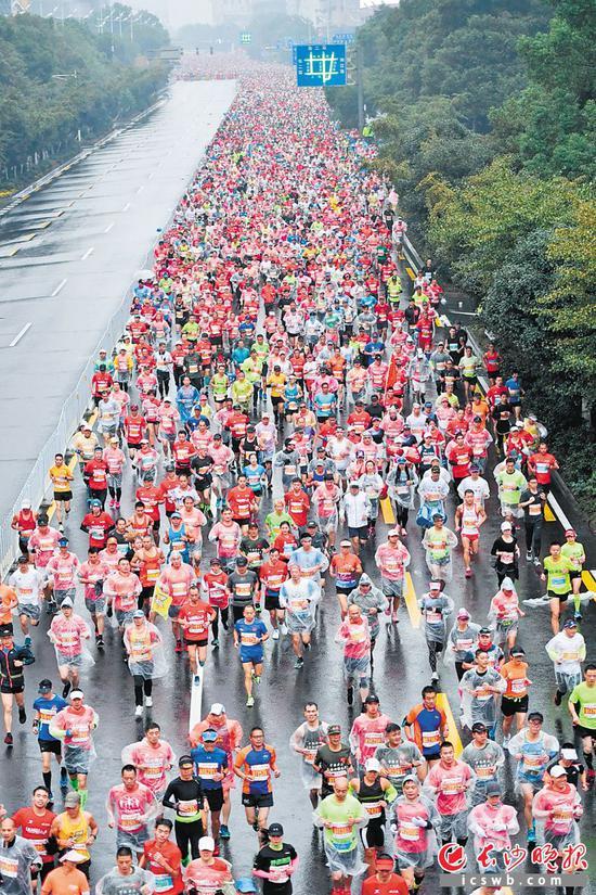 """""""十三五""""期间,长沙马拉松成为长沙市的体育名片。王志伟 摄"""