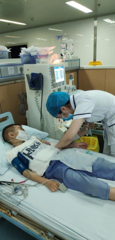 血液净化中心刘芳护士为小杰穿刺动静脉内瘘