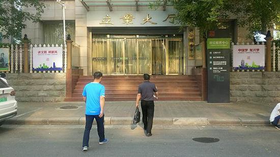 救援队律师到法院递交起诉书 澎湃新闻记者 段彦超 图