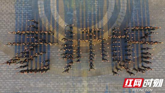 """9月9日,南华大学衡阳医学院2018级新生在南华大学广场摆出一个""""老师好""""的字样,给老师们送去节日的祝福。"""
