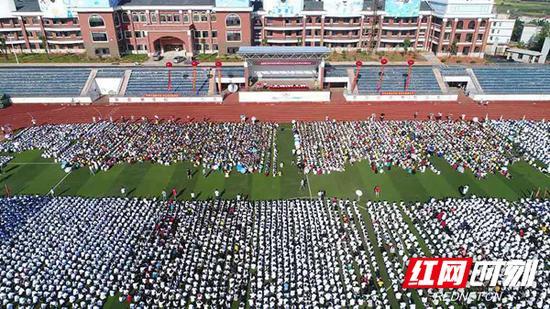 9月19日,湖南师大附中耒阳分校8600多名学生整齐列队在田径场上。