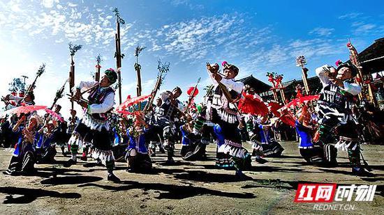怀化南站:侗族风情。