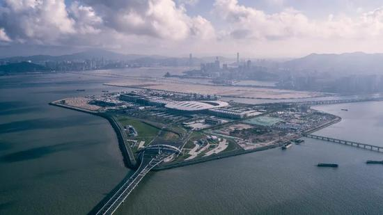人工岛是港珠澳大桥主体工程与珠海澳门两地的衔接中心,两地过关